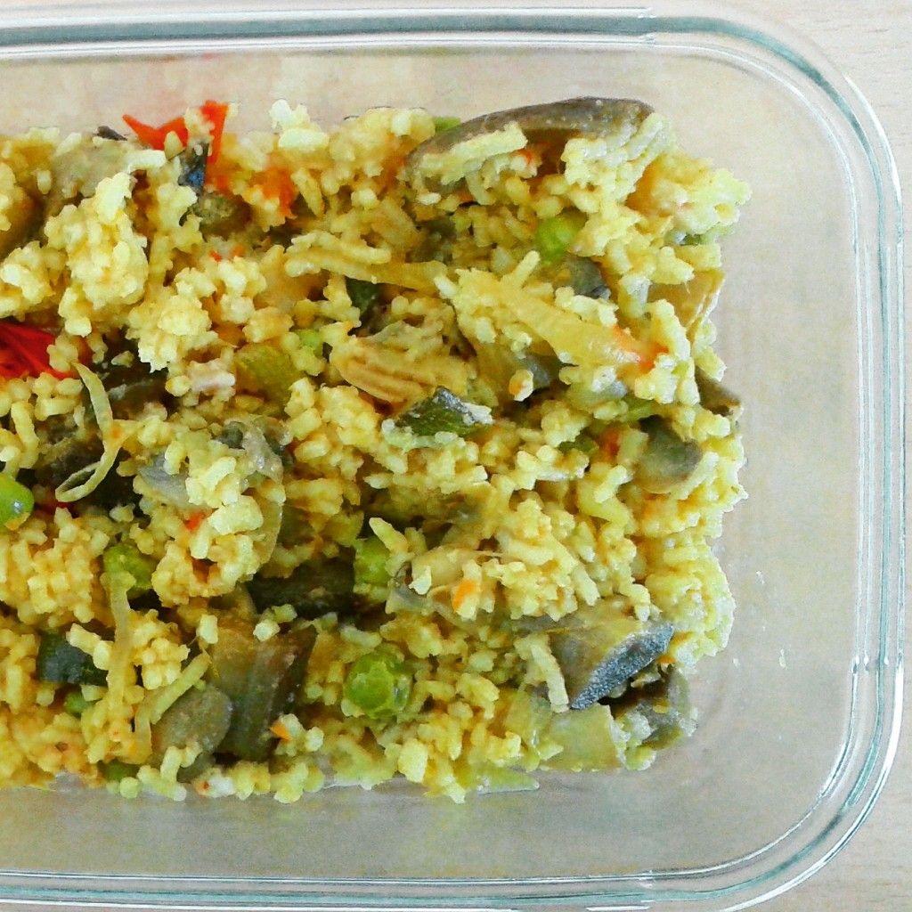 Hoje deixo-vos a seguinte dica: Como transformar um arroz branco simples que andava esquecido no frigorífico numa refeição completa e super saborosa? Muito fácil! Mais uma forma de aproveitamento de comida, em prol do desafio Zero Desperdício. Arroz de Legumes (1 pessoa) -1/2 beringela -1/2 curgete -1/4 chávena de ervilhas congeladas -2 cogumelos -1 cebola …