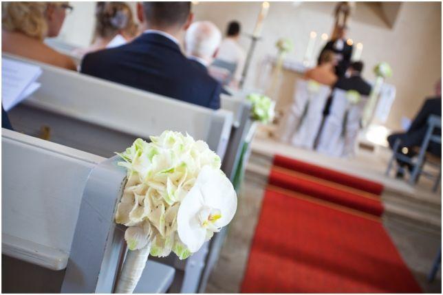 Wei e hortensien und orchideen deko kirche pinterest for Dekoration hochzeit kirche