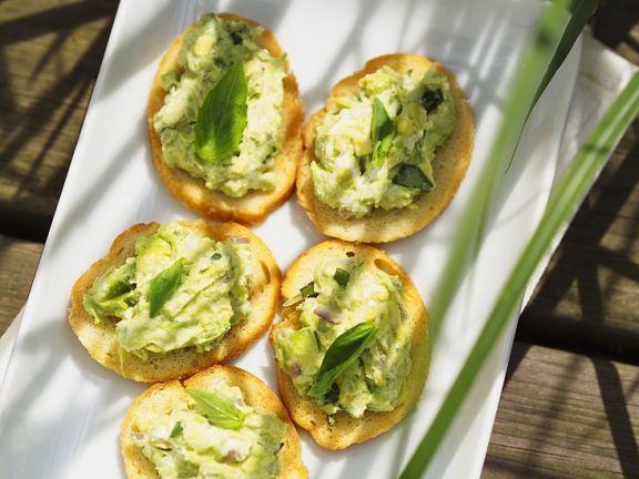 Avocado und Käse auf Röstbrot ist ein Rezept mit frischen Zutaten aus der Kategorie Fruchtgemüse. Probieren Sie dieses und weitere Rezepte von EAT SMARTER!