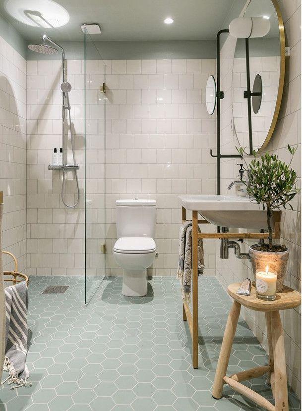 cuarto de baño: azulejos en blanco, muebles en madera natural y ...