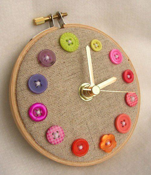 Me encanto este reloj, simple, tela de arpillera, cocer botones, un bastidor y una maquinita de reloj.. super colorido para cualquier rincon