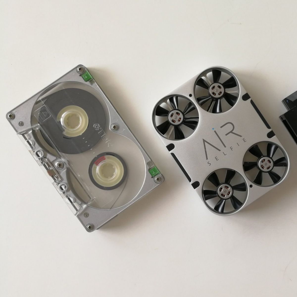 Ascii Jp 初心者にも安心の安定感 カセットテープ大の小型ドローン