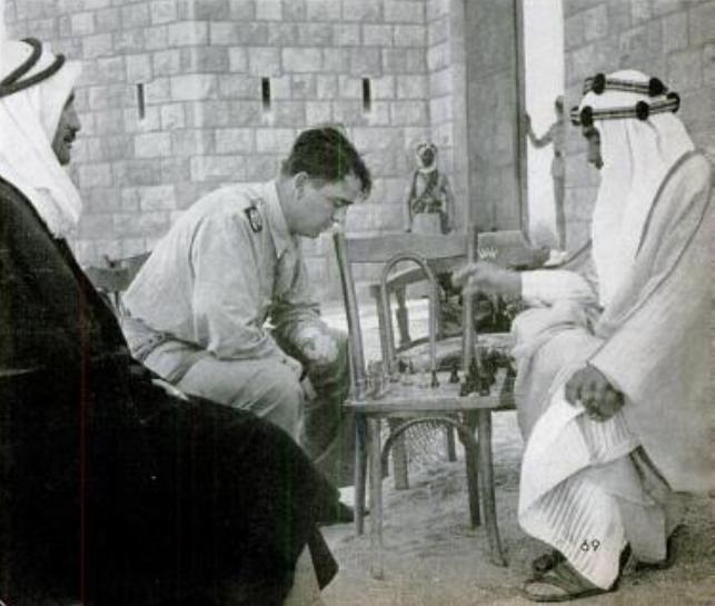 الأمير عبدالله بن الحسين الملك لاحقا يلعب الشطرنج مع المصور جون فليبس مصور مجلة Life History Historical Figures Historical
