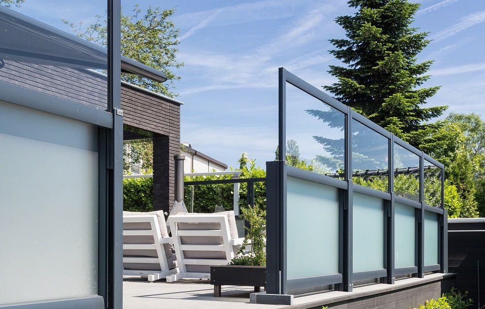 Individuelle Windschutzanlagen aus Aluminium und Glas in