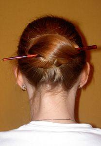 Chinesischer Dutt Haare Um Einen Haarstab Wickelen Und Feststecken