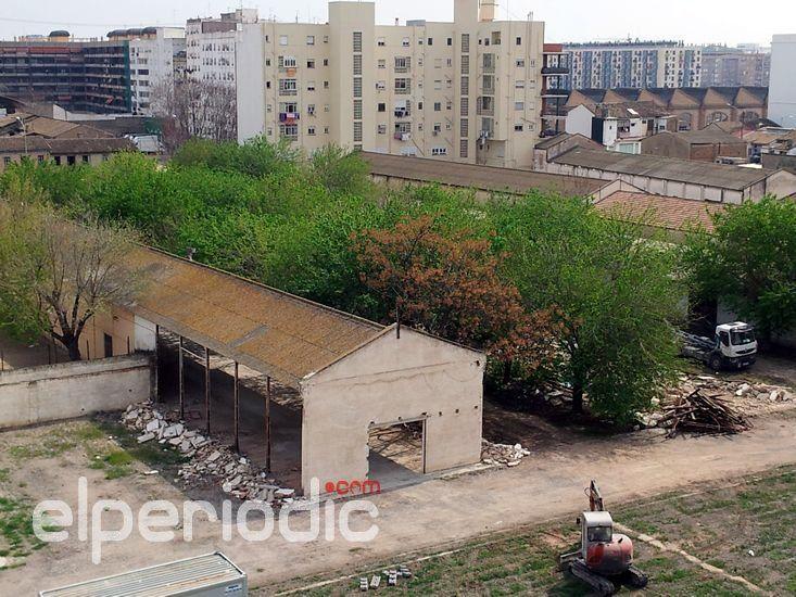 Los vecinos critican la inseguridad en la retirada de uralita de los cuarteles de San Vicente
