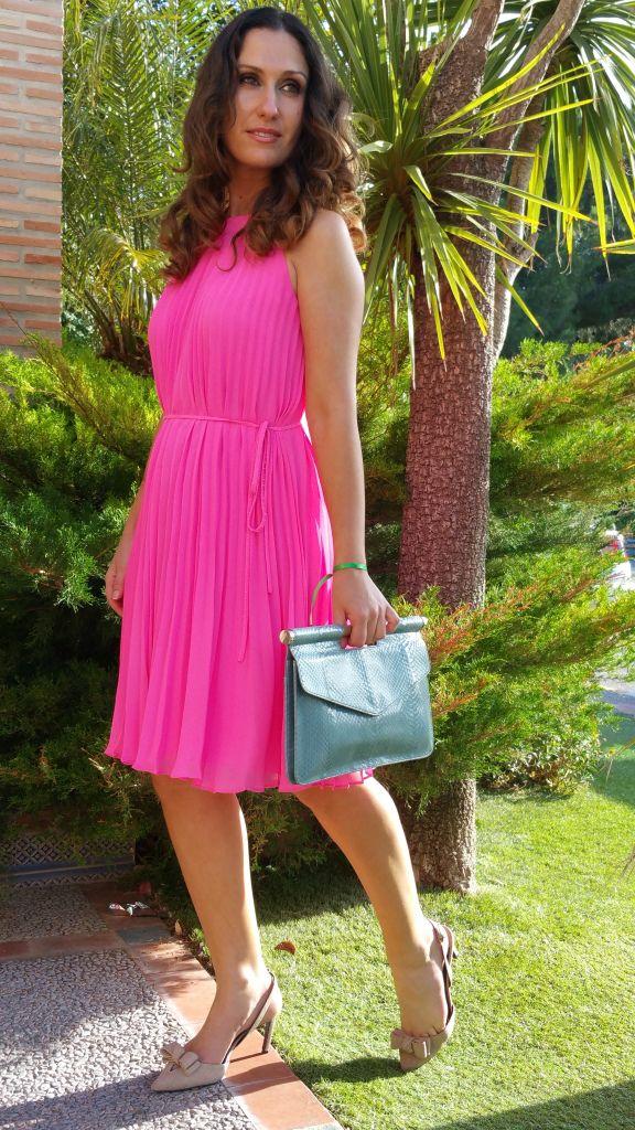 Boda, vestido plisado rosa flúor, griego, zapatos destalonados nude ...