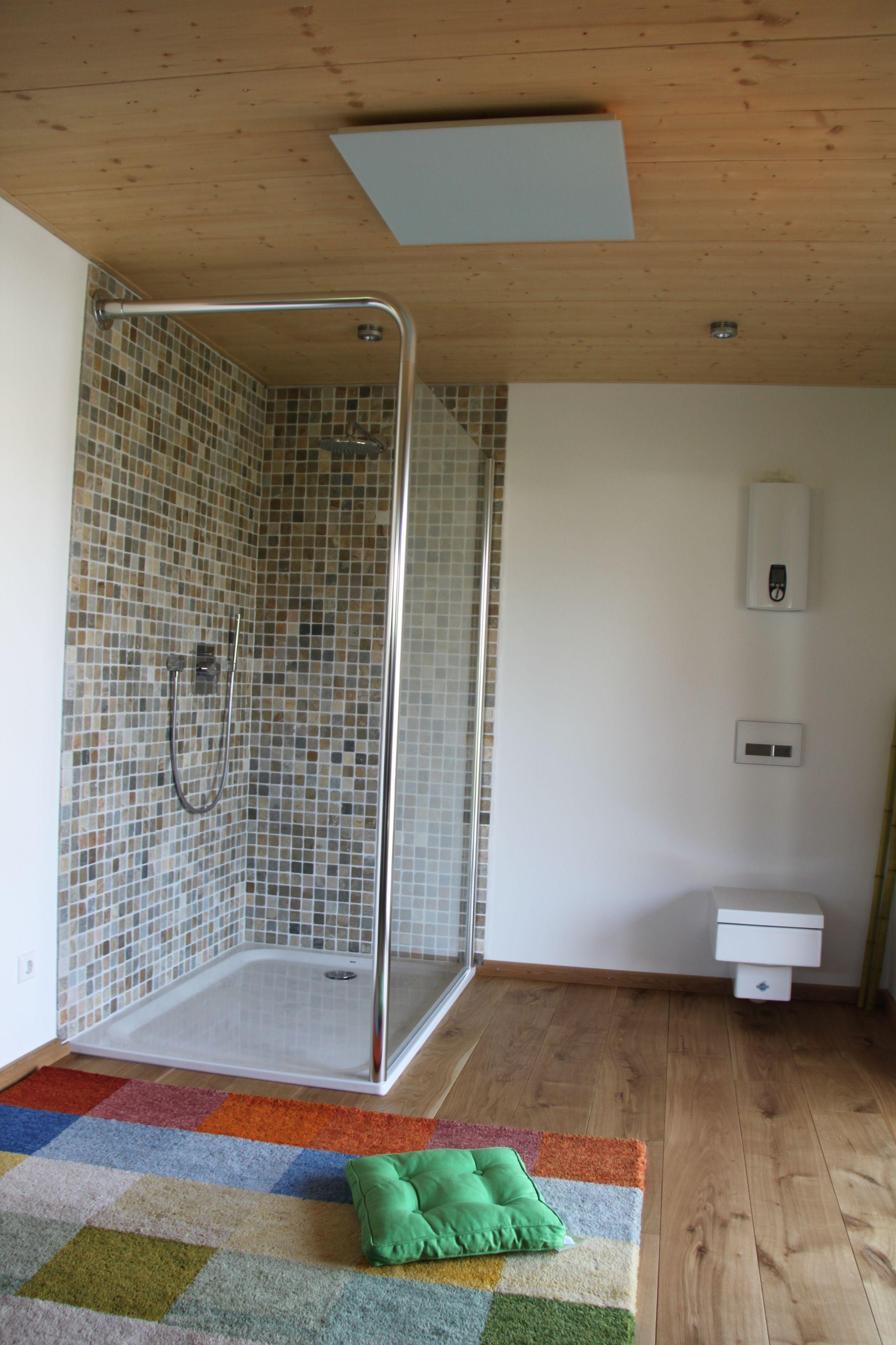 Infrarotheizung Installiert Auf Einer Holzdecke Sorgt Fur Behagliche Warme Im Badezimmer Schimmelbildung Wird Verhindert Infrarotheizung