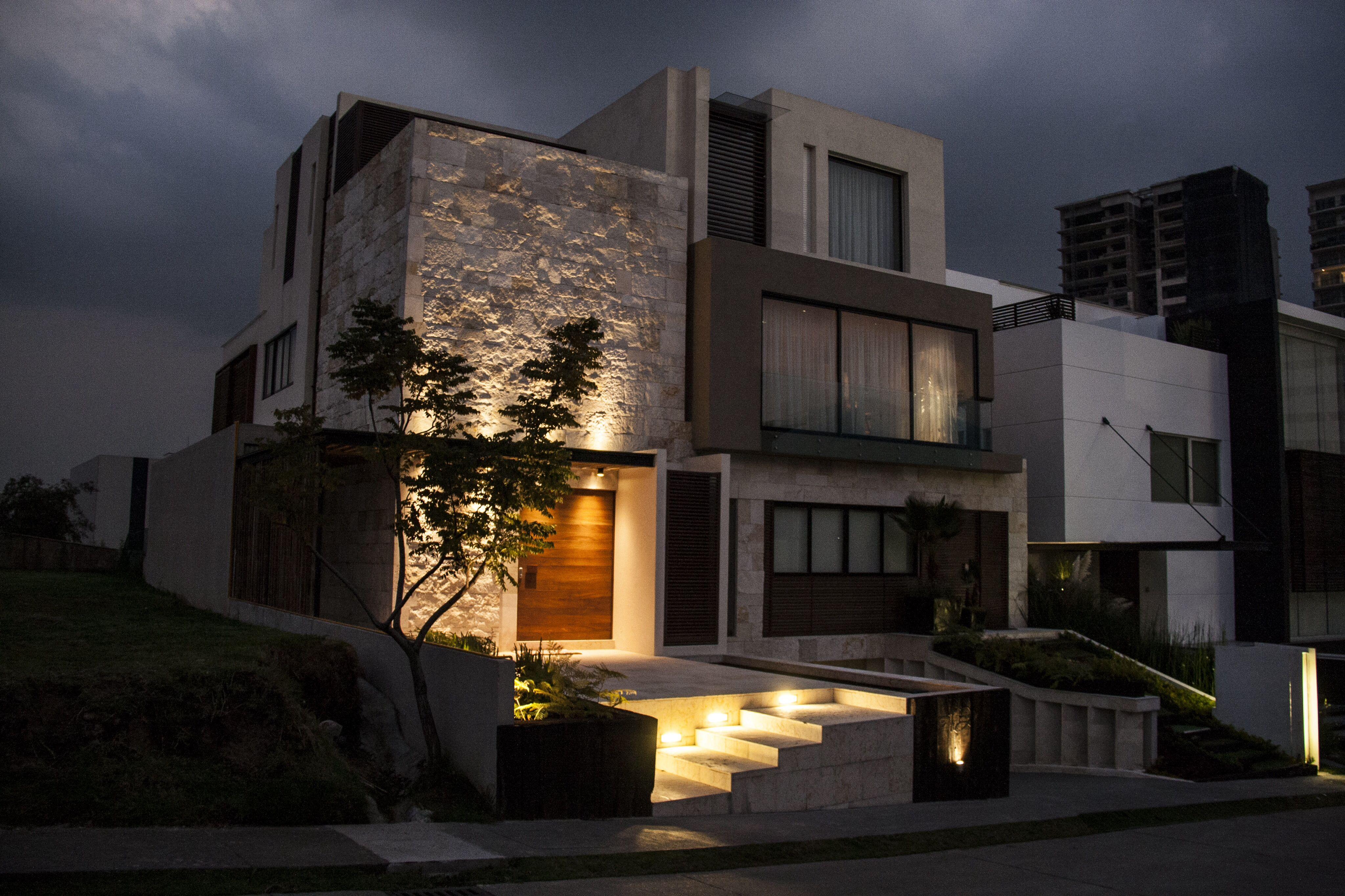 Casa ss fachada muros de piedra plaza de acceso - Piedra fachada exterior ...