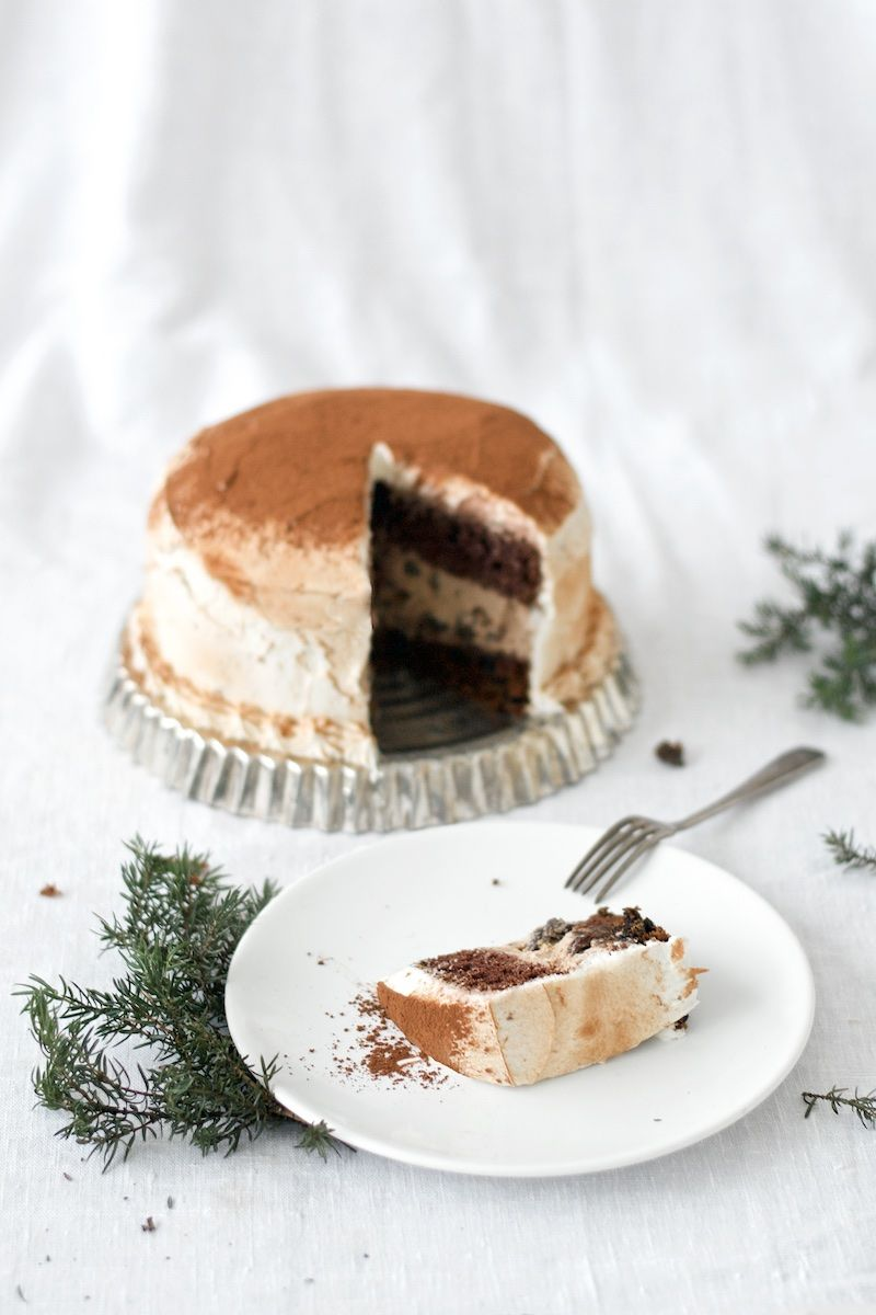 Mehevä rommirusina-suklaakakku sopii aikuiseen makuun ja lämmittää kylminä talvi-iltoina. Kakku on luontaisesti gluteeniton, maidoton ja pähkinätön.