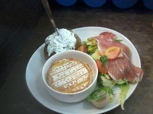 camembert chaud, jambon cru, salade et pomme au four | deco
