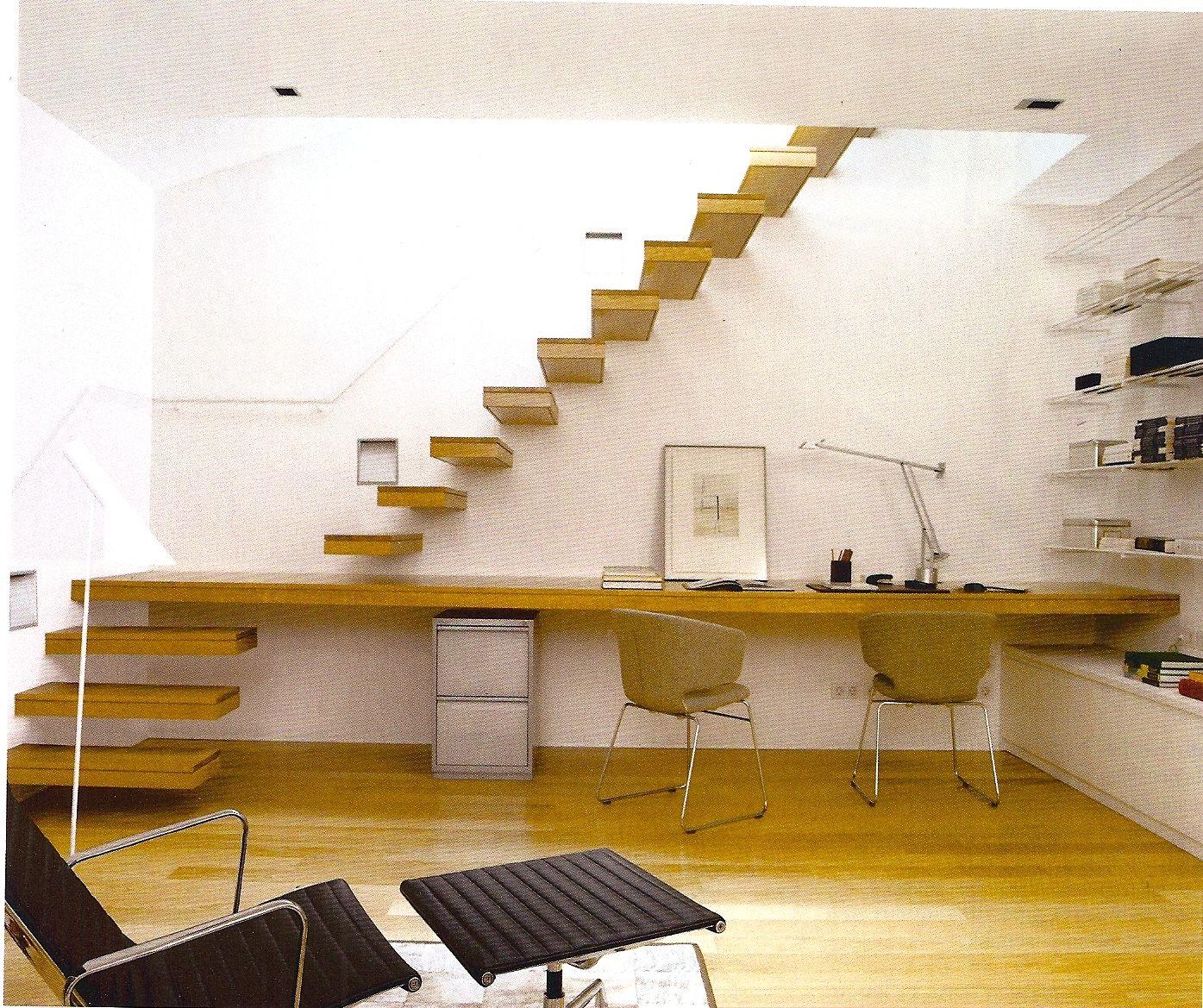 Mesa de trabajo de madera integrada en una escalera for Madera para mesa de trabajo