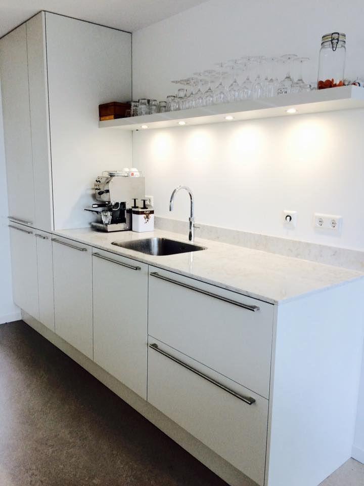 Strakke keuken gecombineerd met een praktisch composiet werkblad ...