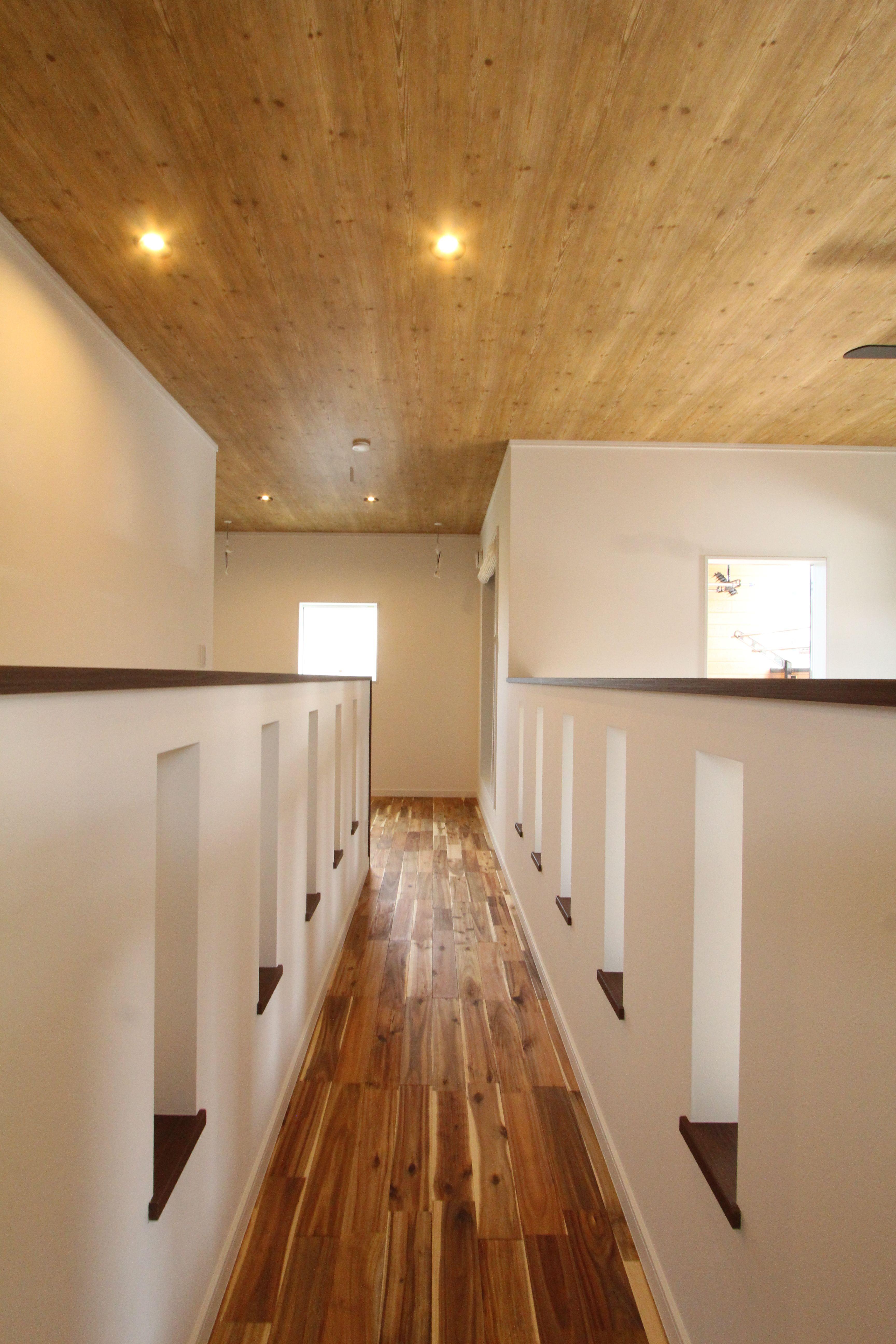 2階ブリッジ 木目天井 アカシア無垢材 家 2階 インテリア