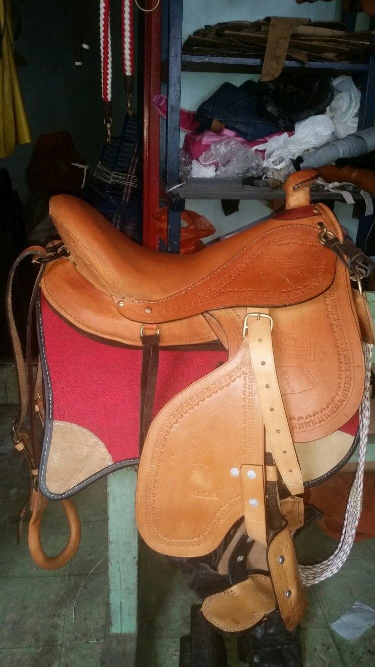 296c207db7d Silla para montar a caballo fabricada en la #Talabartería Plinio Ortiz