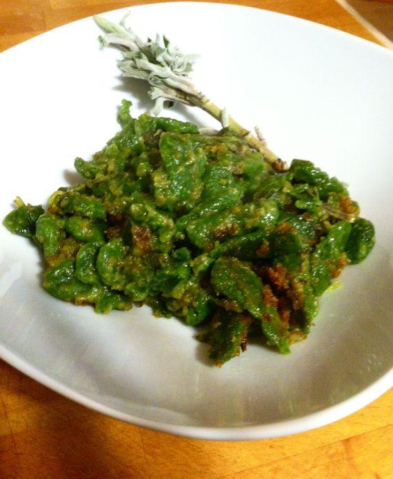 spatzle sabbiati agli spinaci con salvia, vegan