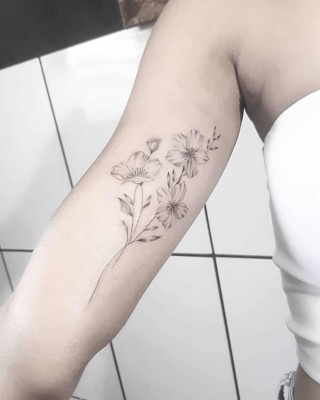 Pequeno floral que criei pra Carol. Muito obrigado pela confiança no meu trabalho! (trabalho feito no início de Março) . . . Obrigado a todos que curtem e acompanham o meu trabalho! . . . #tatuagem #tattoo #tatuagemfeminina #tattoed #tattoogirl #tattooist #tattoo2me #tattoos #tattooer #flowers #flowertattoo #fineline #finelinetattoo