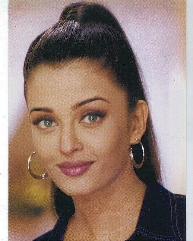 90 S On Instagram Aishwarya Rai Photographed In The Early 90s She Won Miss World Beautiful Bollywood Actress Aishwarya Rai Hairstyle Aishwarya Rai Bachchan