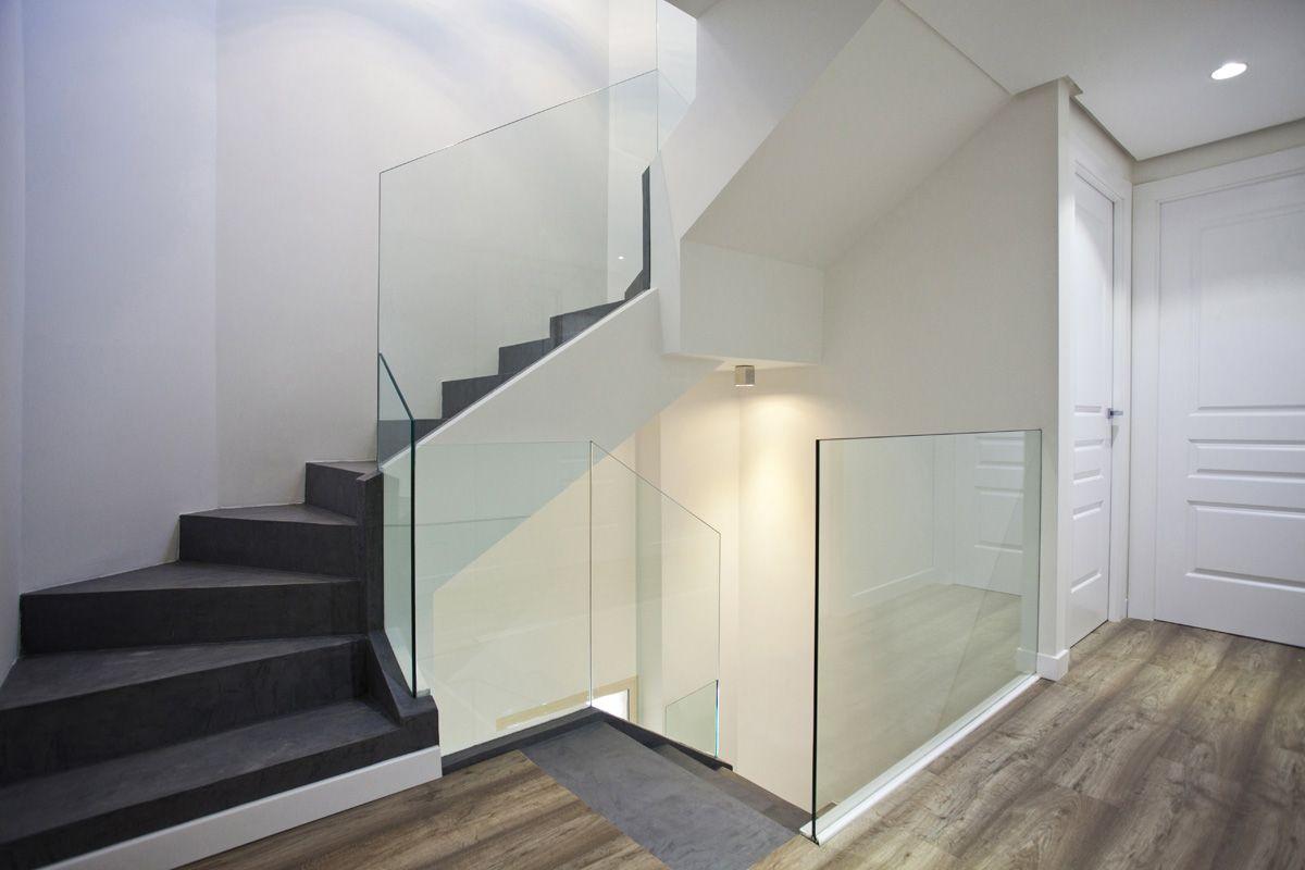 Alisado De Paredes Escalera En Microcemento Y Barandilla De  ~ Barandillas De Cristal Para Escaleras Interiores