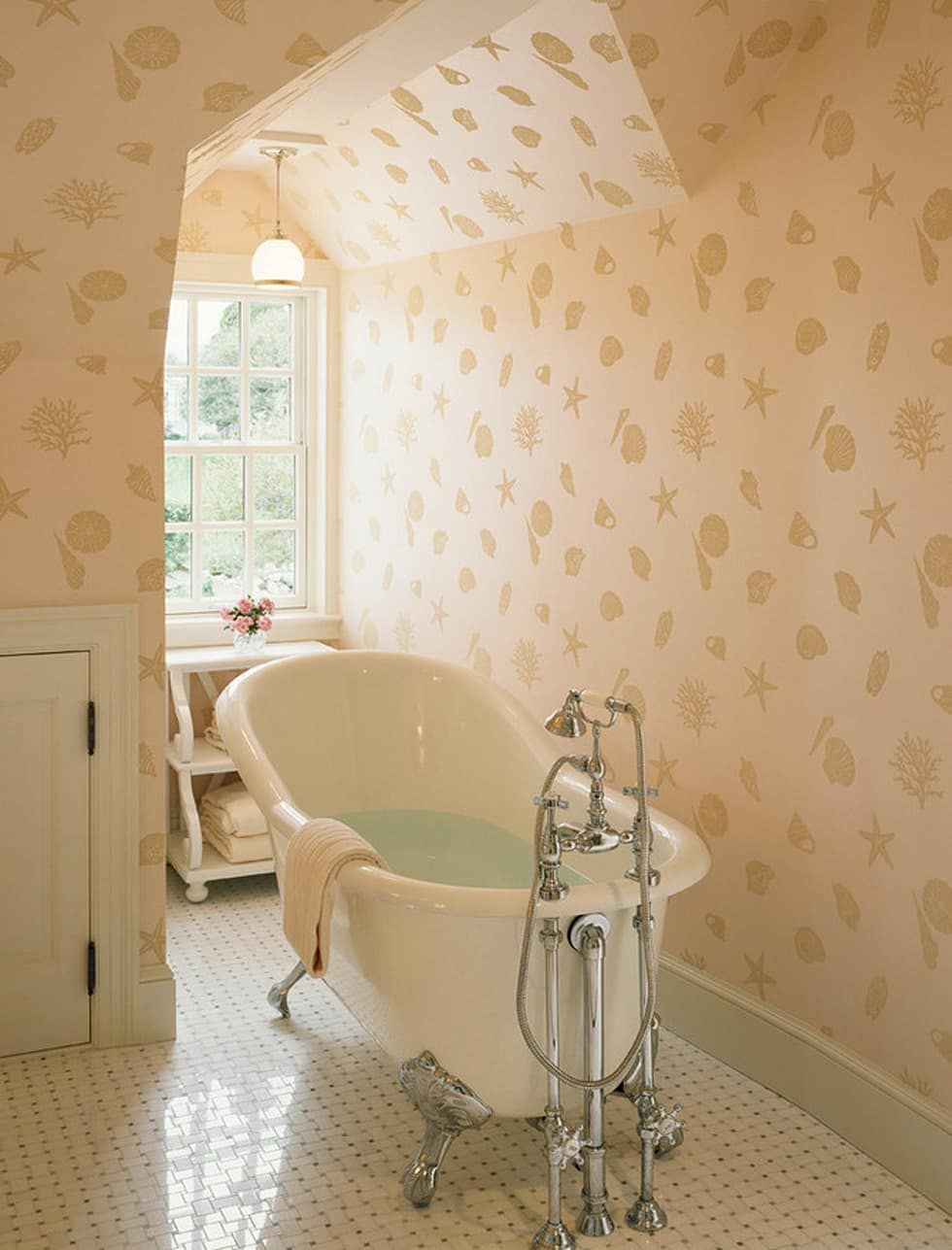 Fotos de baños de estilo : tina de baño minimalista