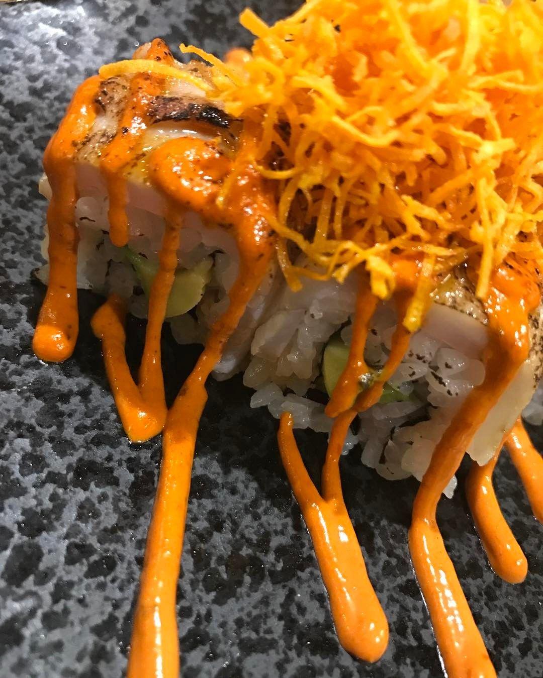 Uramaki anticuchero: langostinos aguacate corvina y salsa de anticucho. #gastronomia #food