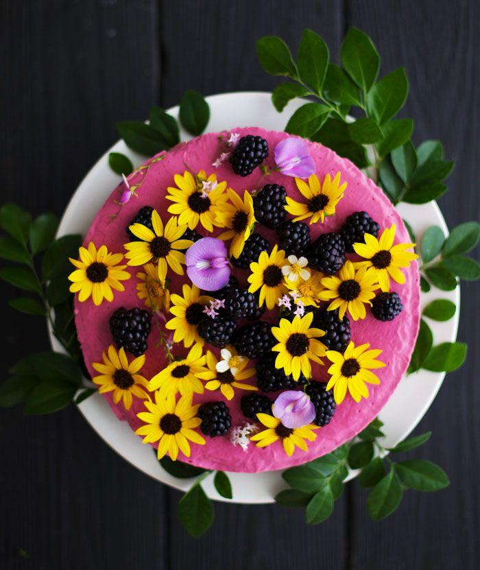 Zestawienie nietypowe - jeżyny z kwiatami.