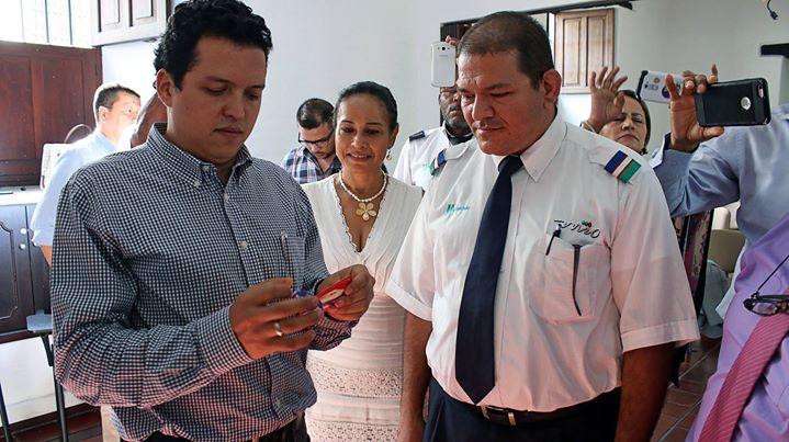 Al final del acuerdo el gerente de Unimetro Sebastián Nieto y trabajadores concretaron la Concertación con la manilla de RecOn que promueve la paz y la reconciliación en Colombia.     Boletín Oficial: http://bit.ly/22sy4E9 : : : :