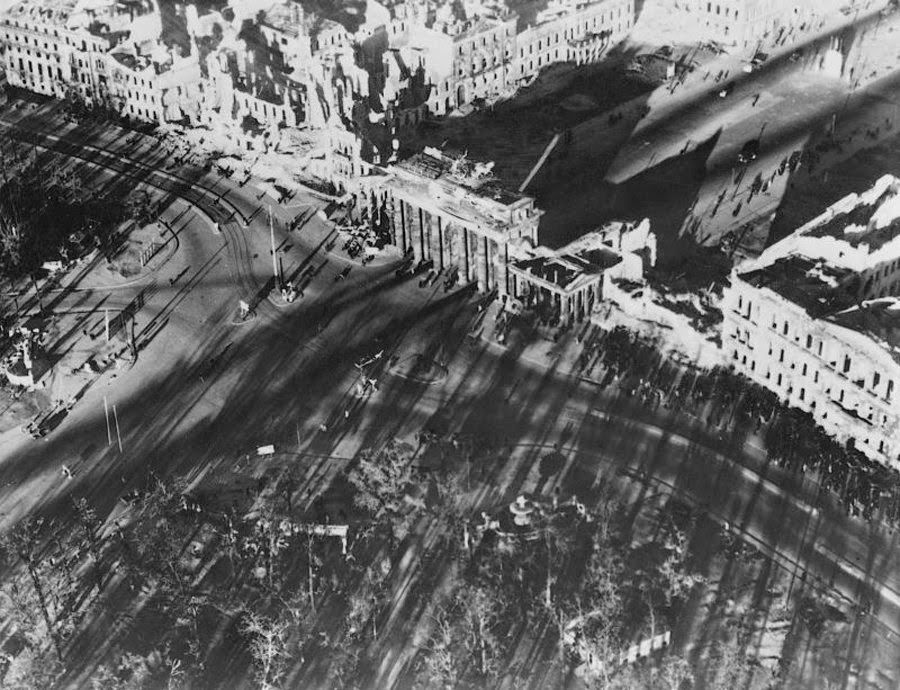 Must See 21 Amazing Aerial Shots Of Bombed Out Berlin Shortly After The War Avec Images Allemagne Berlin Guerre
