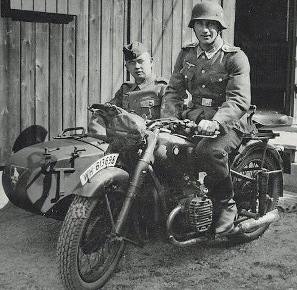 Bmw Youngstown: Soldados Posando En Una Motocicleta BMW R 71 Con Sidecar