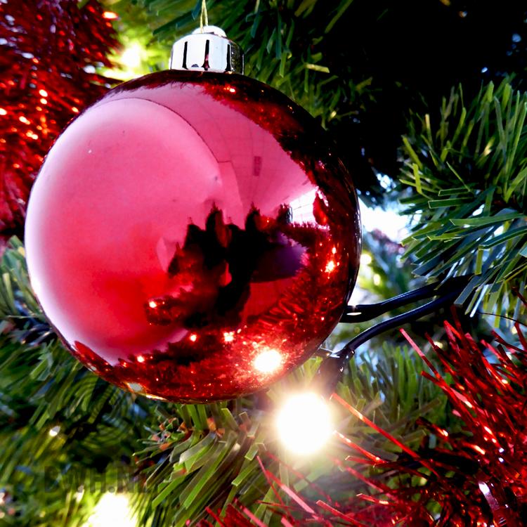detailfoto van kunstkerstboom met versierpakket rood inclusief led verlichting oa te vinden onder artikelnummer