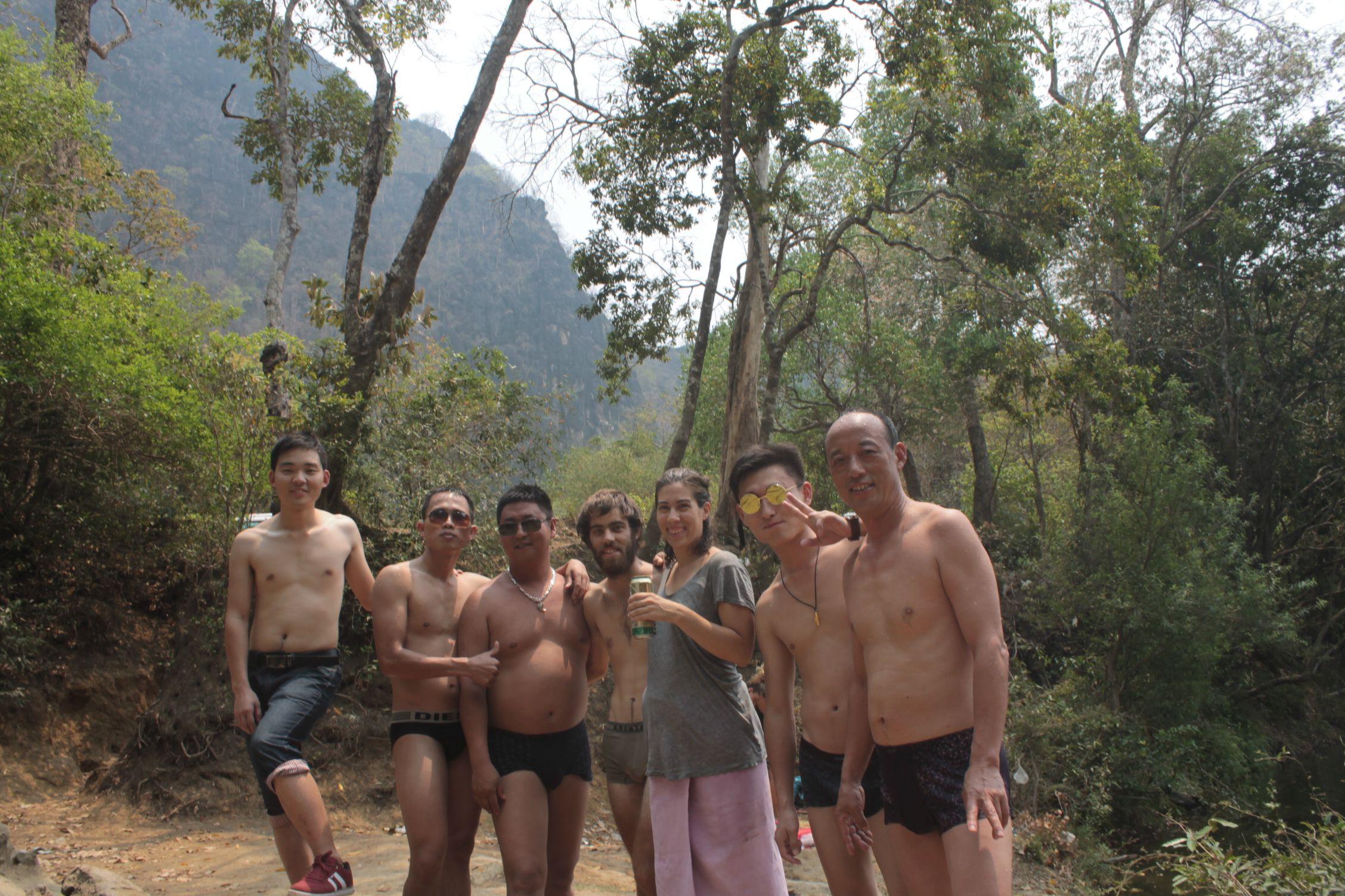 Barbacoa en el río con unos chinos