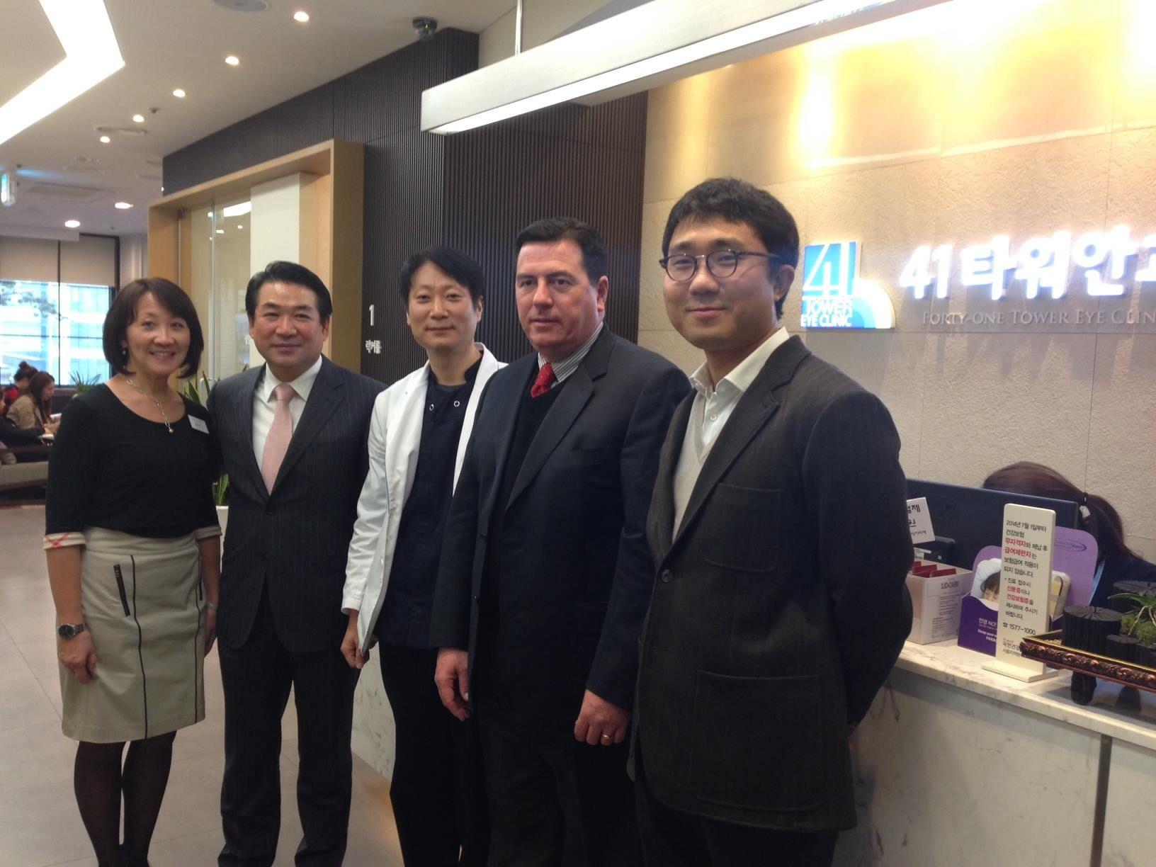 Dr. Enrique Barragán, oftalmólogo de Monterrey entrenando a médicos en Corea