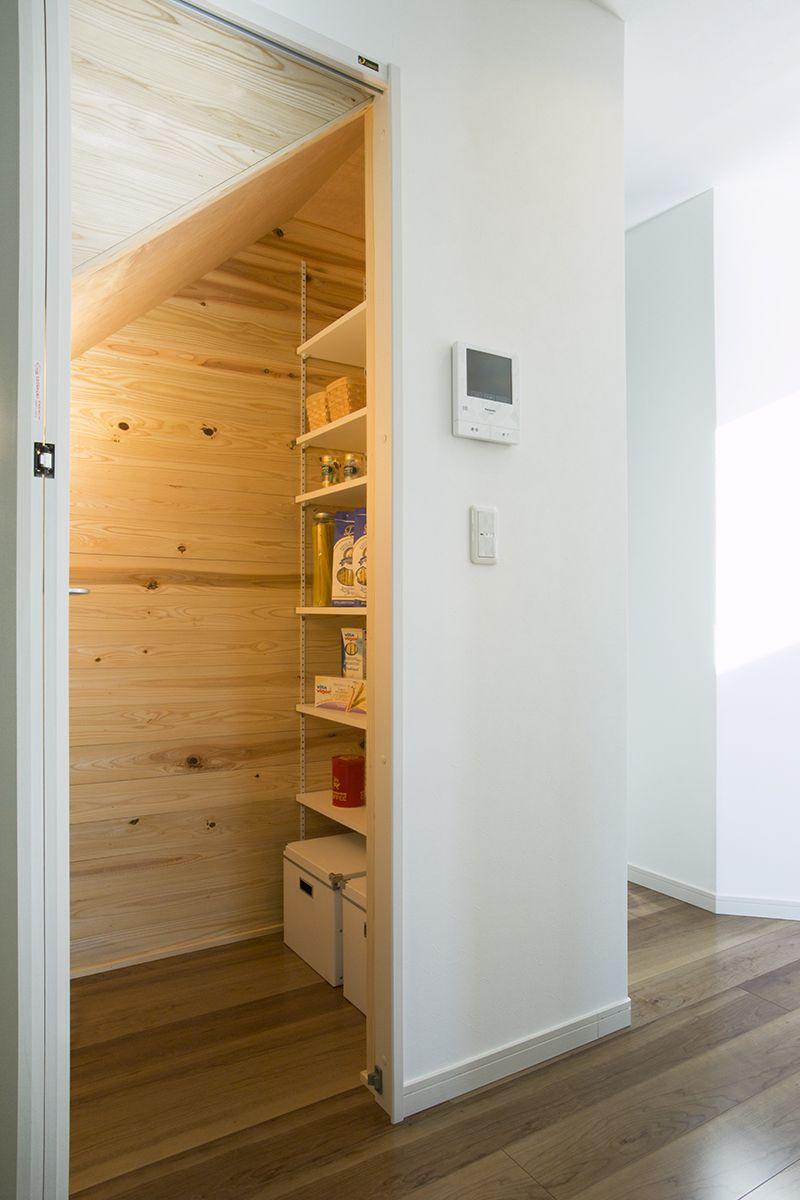 キッチンのすぐ横に、階段下の空間を利用した便利なパントリーを設けました。|収納|パントリー|