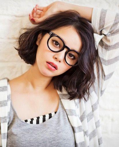 眼鏡をかけた岸本セシル