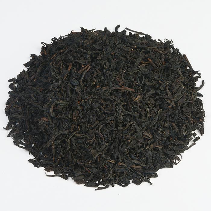 CHINA TARRY SOUCHONG | De Chinese Tarry Souchong is een thee welke wordt gerookt op zeldzaam, Formosaans hout. Het zware rookproces geeft de thee een bijzondere aroma en smaak. Tarry Souchong wordt dan ook bijzonder gewaardeerd door liefhebbers van rokerige theesoorten. Een goede thee voor bij een typisch Engels ontbijt. |