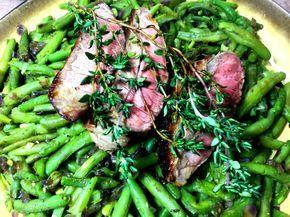 Rindersteak mit grünen Bohnen - Rezept für eine Person. Lowcarb Abendessen mit einem Rindersteak und Prinzessbohnen mit roten Zwiebeln.