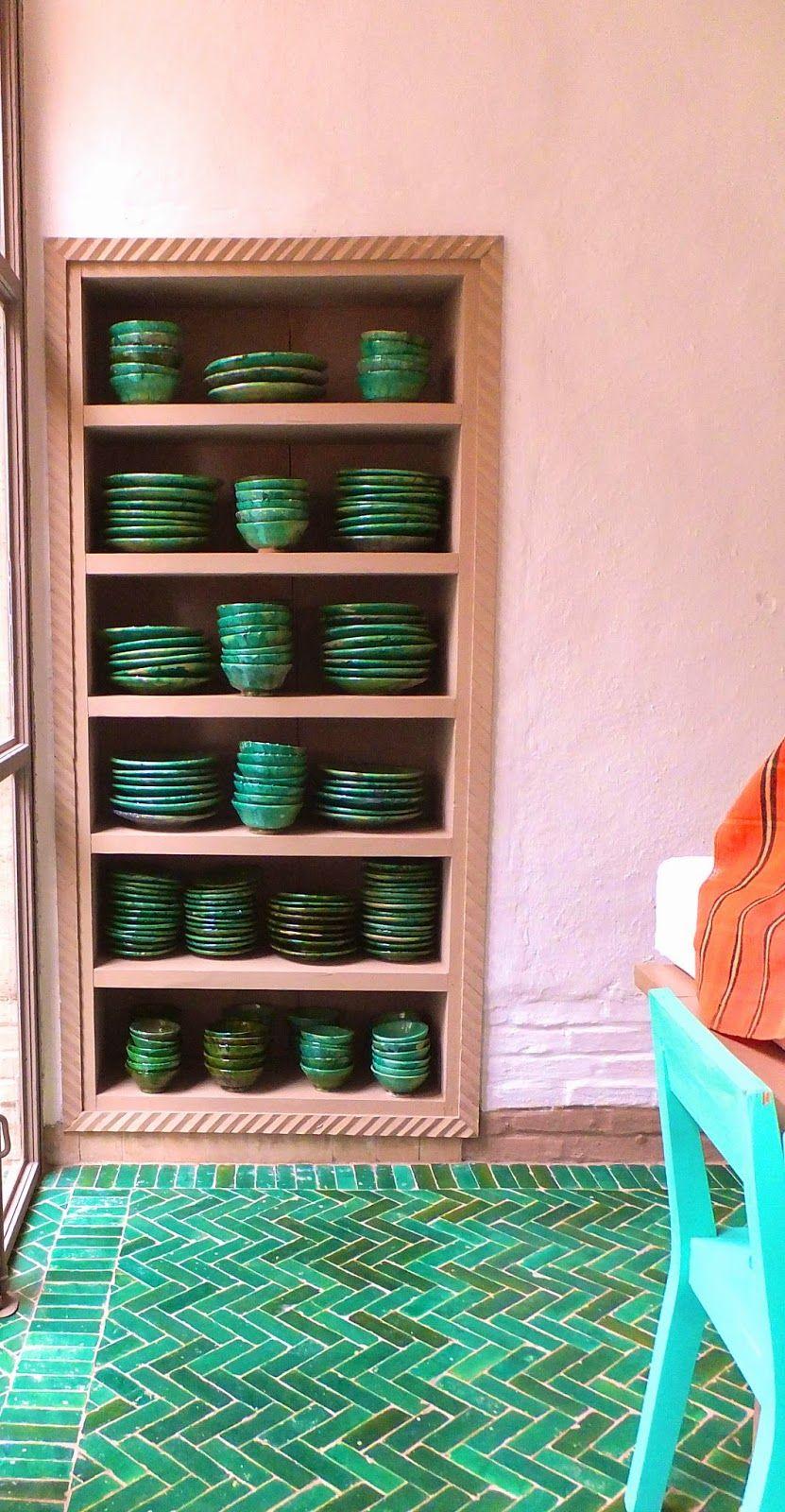 Grünes Geschirr, grüne Bodenfliesen, toll zur puderfarbenen Wand ...