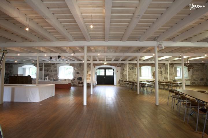 Kauniiksi kokous- ja juhlatilaksi muunnettu 1700-luvulla rakennetussa tallissa on yhtenäinen 300 neliön tila sekä takka luomassa...