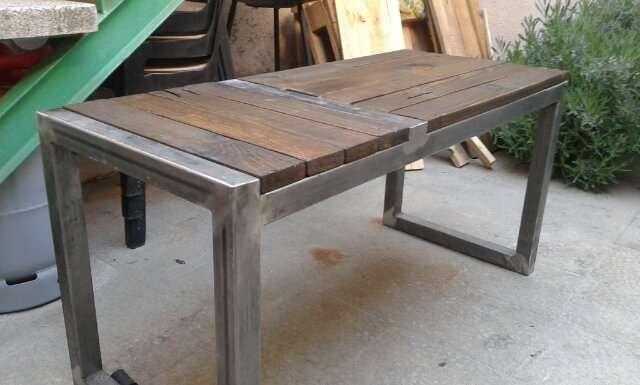 mesa de centro hecha a mano con madera tratada, estructura de hierro