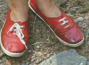 tutti i rimedi da sapere sulle scarpe...........Scarpe impermeabili d'emergenza: Siete in montagna, piove e le vostre scarpe si sono messe a fare acqua! Il raffreddore è in agguato! Niente paura, trovate due sacchetti di nylon, infilateci dentro i piedi e rimettetevi le scarpe! E senz'altro un rimedio di fortuna ma funziona.