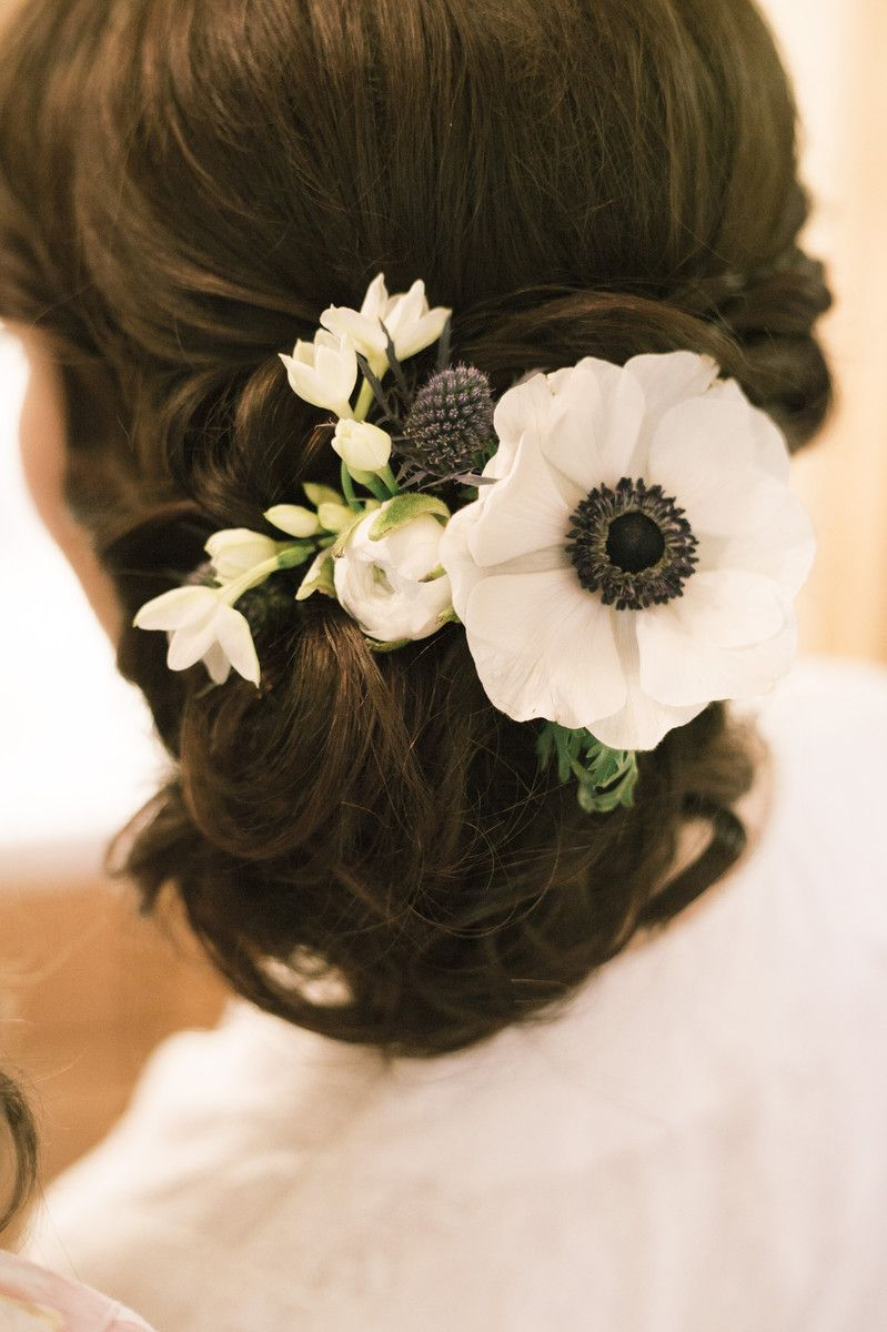 Serena Wore Her Hair In A Low Updo With Thistle Freesia And Anemones Woven Into It Venue Triple D Hairstyles Theme Prom Hairstyles For Short Hair Low Updo