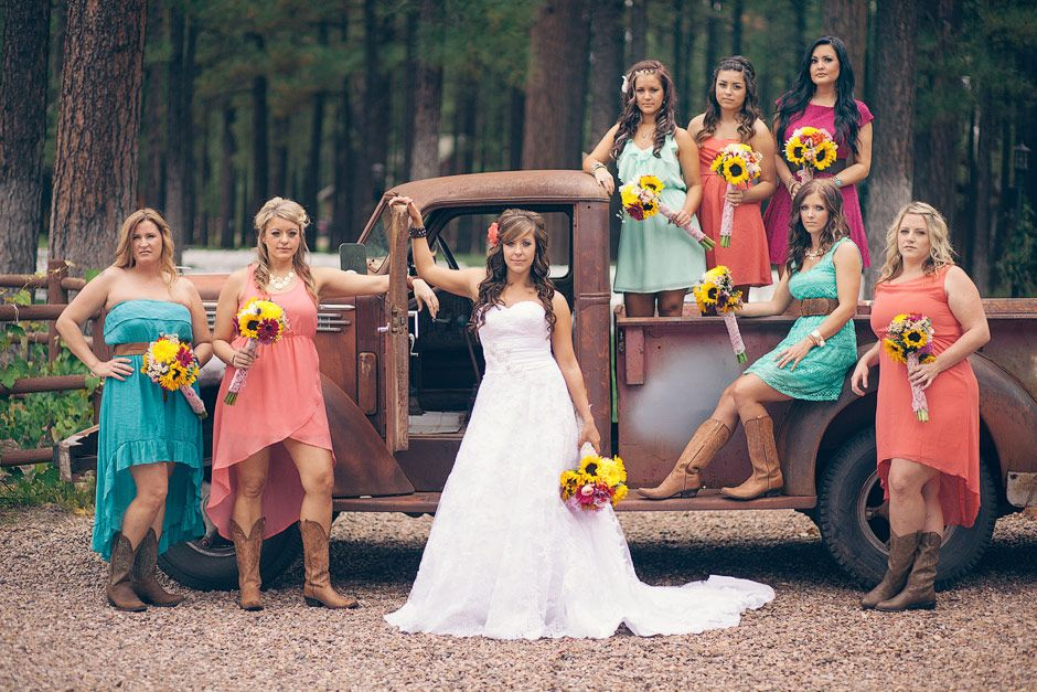 Landhochzeit Einladungen · Kurze Hochzeitskleider · Kleider Für Festliche  Anlässe · Cowgirl Hochzeit · One Of My Favorite Bridal Party Shots Of All  Time!