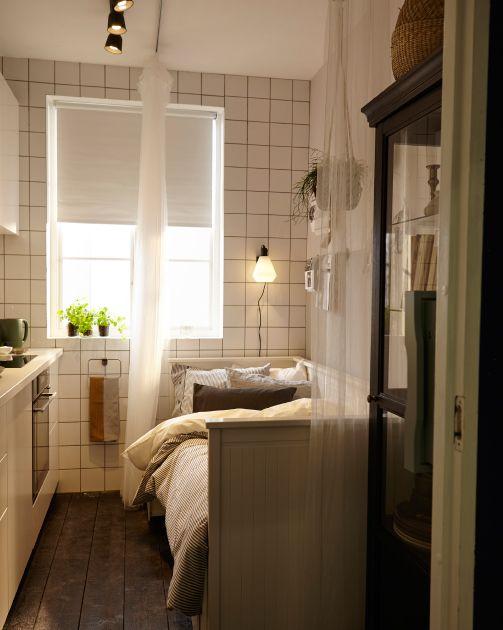 Dieselbe Küche jetzt als Schlafzimmer mit einer Gardine als - gardinen für schlafzimmer