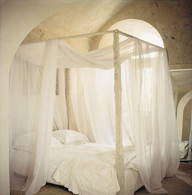 un lit baldaquin aux airs indiens lit