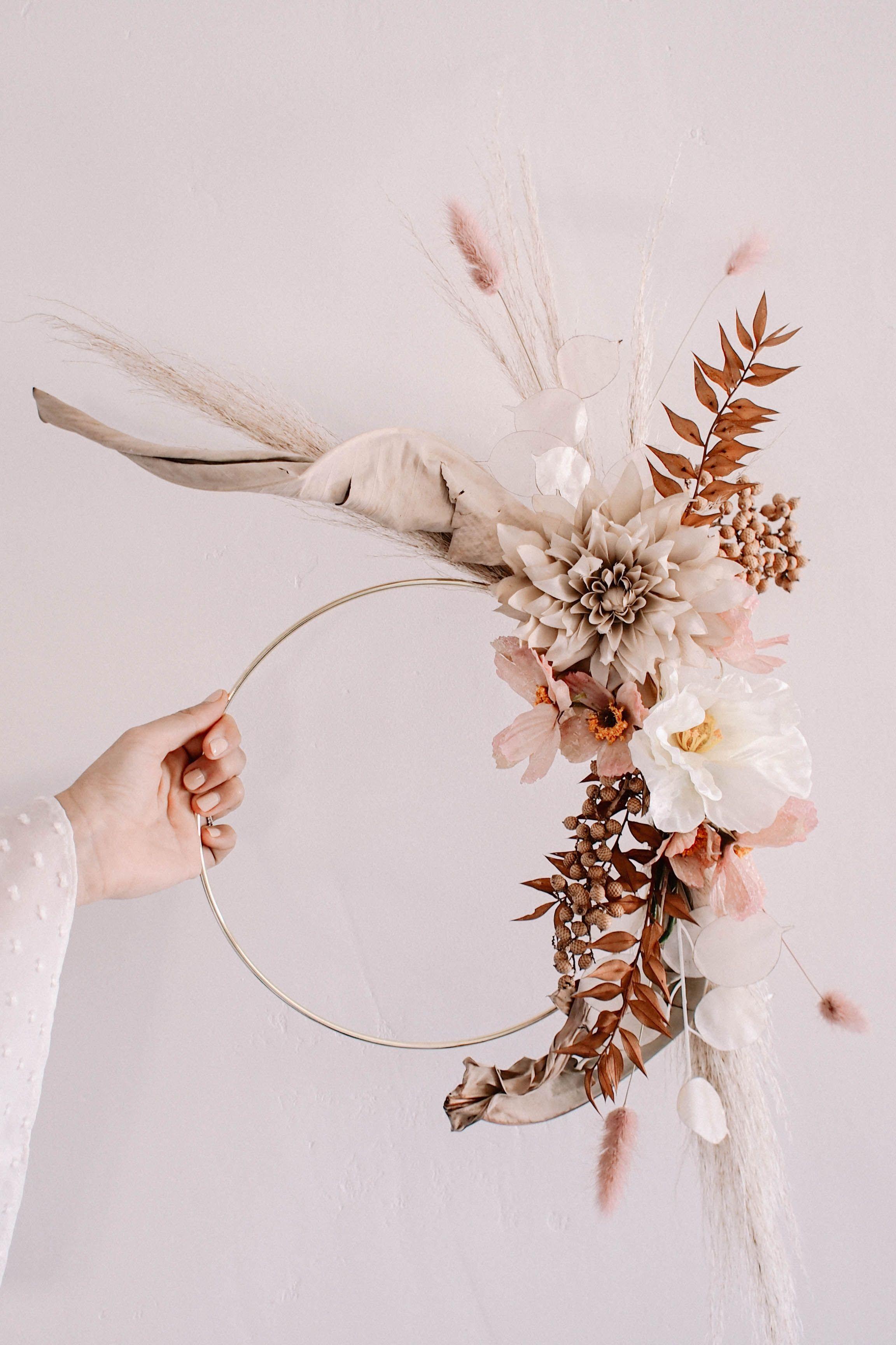 Create a simple DIY hoop wreath with dried flowers from Afloral.com. #driedflower #DIYwreath #driedflowerwreath