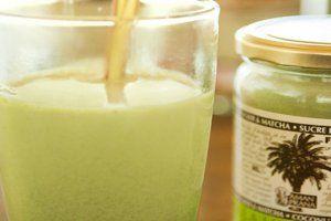 Chai latte matcha thee koud geserveerd met een rietje. De frisse groene kleur werkt uitnodigend!