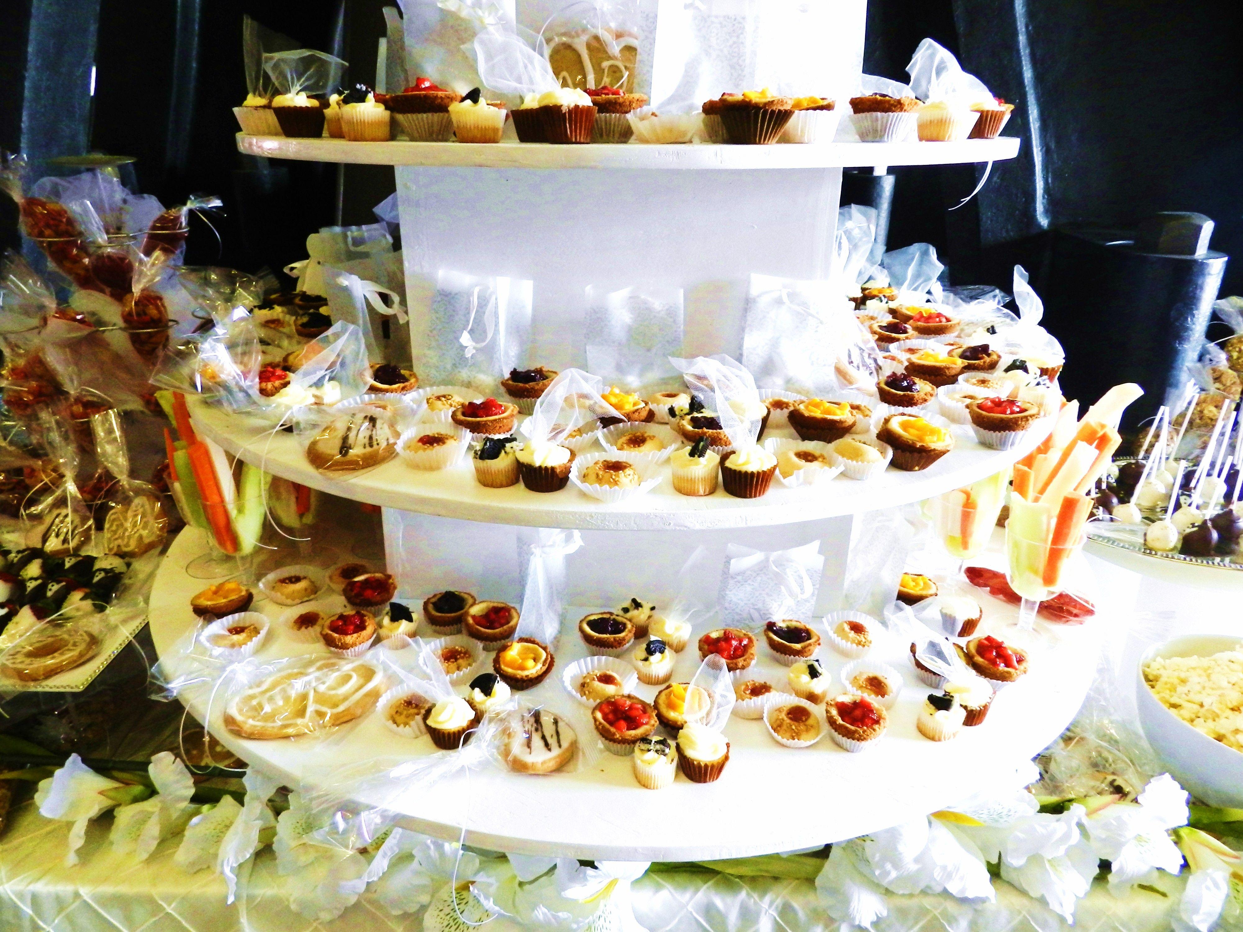 Minipays de queso cubiertos de fresa mango y zarzamora en - Mesa de quesos para bodas ...