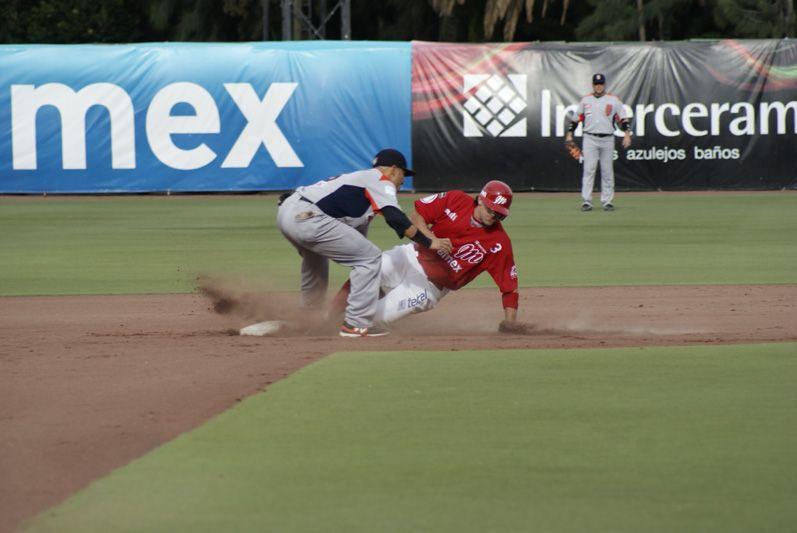 Steve Moss ha comenzado su etapa como Diablo de la mejor manera, aquí en un intento de robo en la segunda base...
