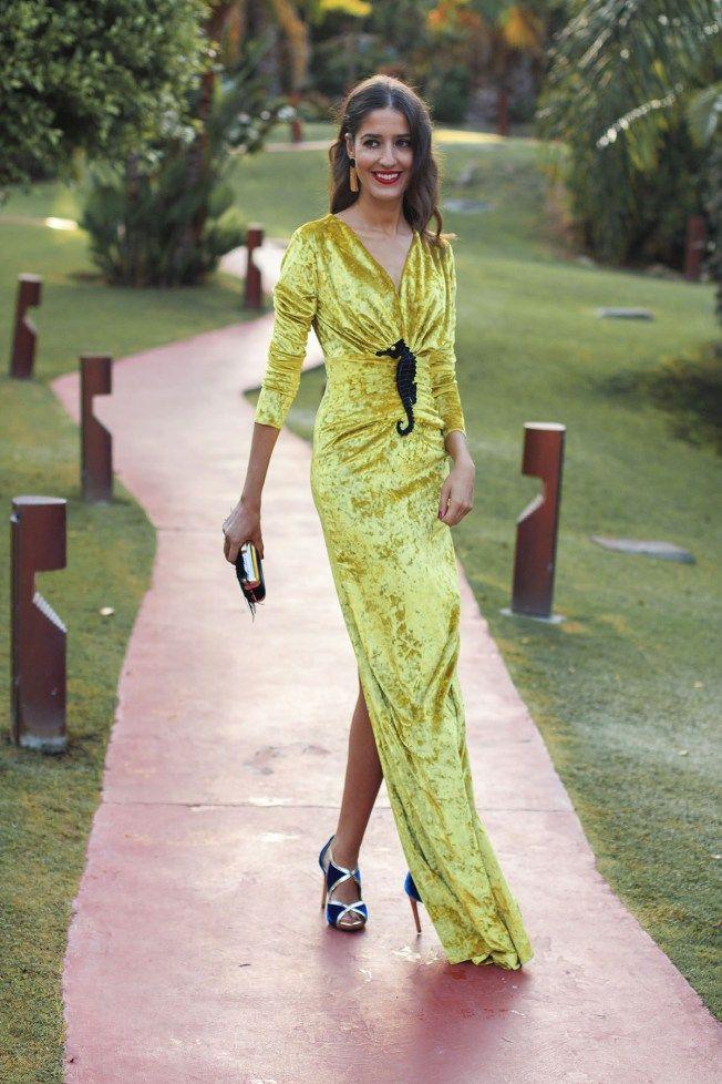 44f682bd2 Invitada boda noche vestido largo terciopelo amarillo escote Apparentia