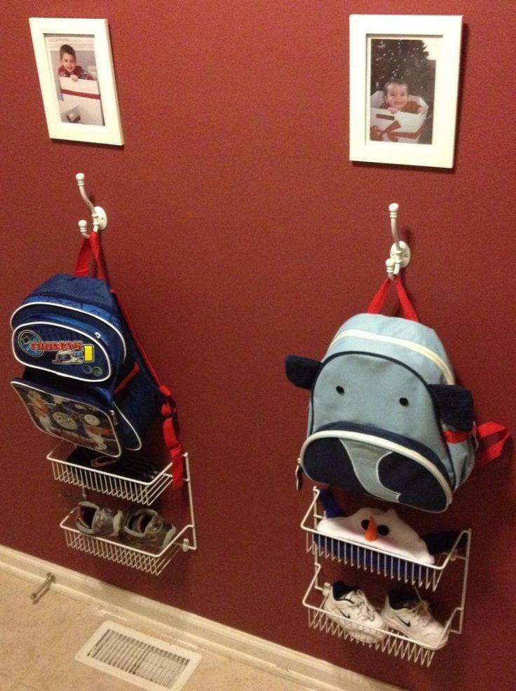 Idea para que cada niño tenga sus cosas ordenadas en la entrada de casa o en las habitaciones.